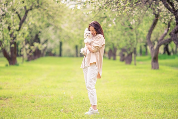女性の演奏と公園で子犬を抱き締める