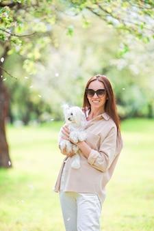 여자 재생 및 공원에서 강아지 포옹