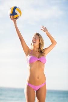 ビーチバレーをしている女性