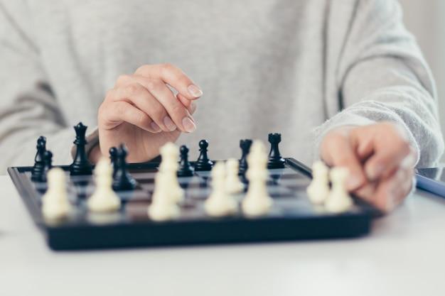 チェスをしている女性