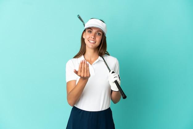 手で来るように誘う分離されたゴルフをしている女性青い背景