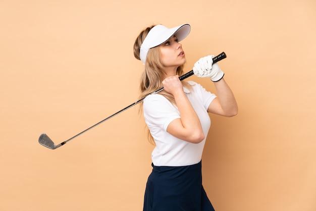 격리 된 배경 위에 골프 여자