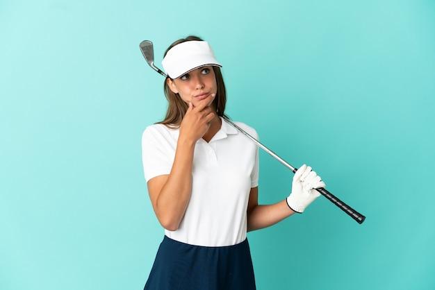 의심은 데 고립 된 파란색 배경 위에 골프 여자