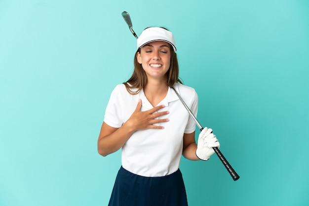 孤立した青い背景の上のゴルフをしている女性