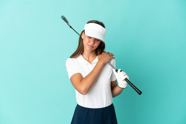 노력을 한 데 대한 어깨에 통증을 앓고 고립 된 파란색 배경 위에 골프를하는 여자