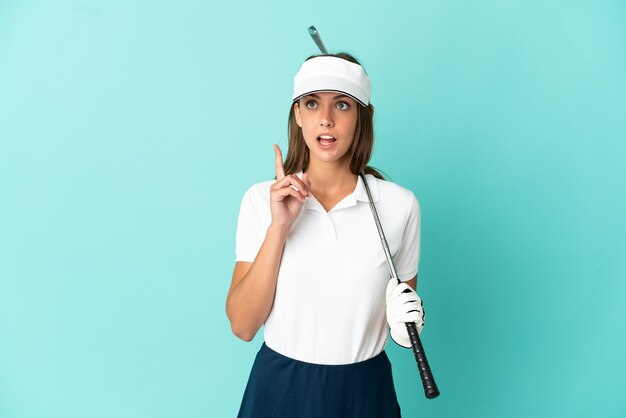 孤立した青い背景の上でゴルフをしている女性