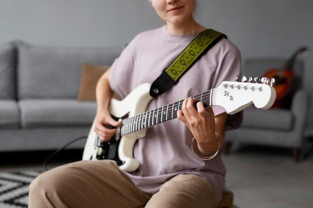 Donna che suona la chitarra da vicino