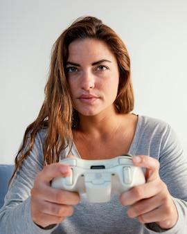 Donna che gioca sul joystick