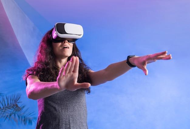 Женщина играет на виртуальной реальности в современной комнате