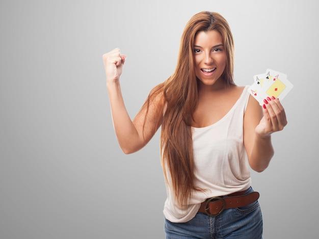 Donna che gioca il gioco ricco bianco