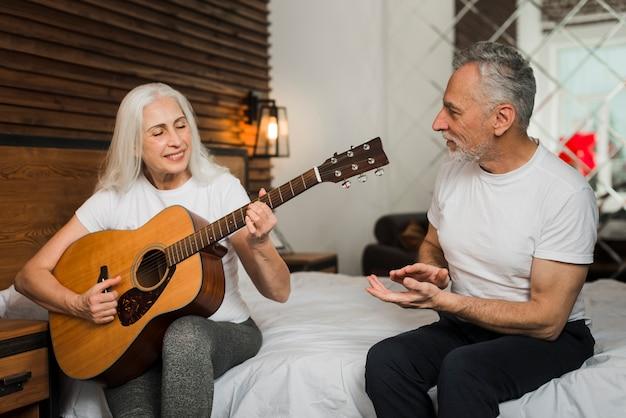 自宅でquitarを演奏する女性