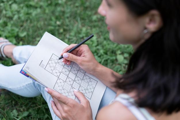 Donna che gioca a un gioco di sudoku