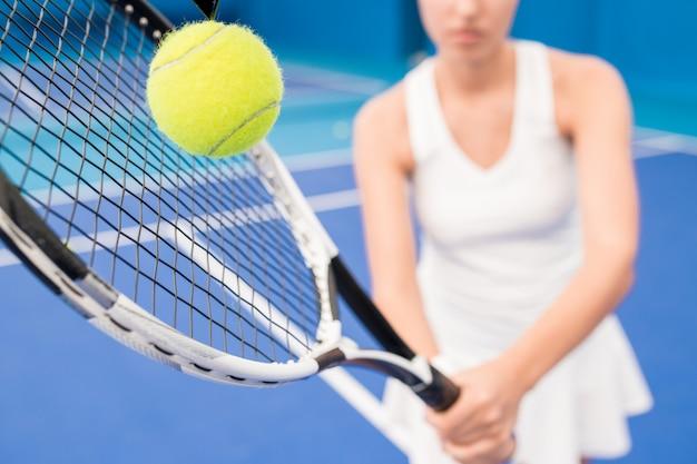 テニスをしている女性をクローズアップ