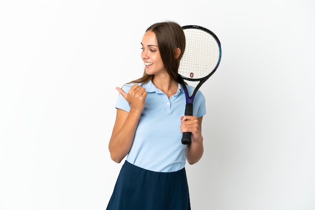 여자 테니스 절연 제품을 제시하기 위해 측면을 가리키는 흰 벽