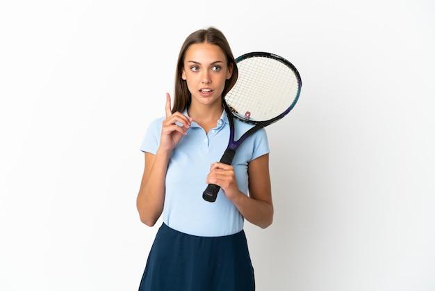 여자 테니스 격리 된 흰 벽은 손가락을 가리키는 아이디어를 생각