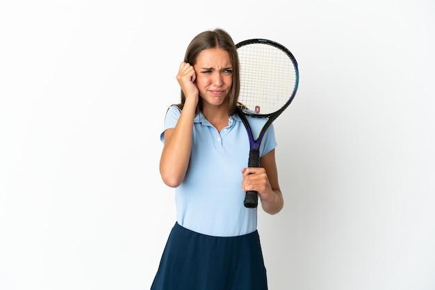 여자는 좌절과 귀를 덮고 격리 된 흰 벽에 테니스를
