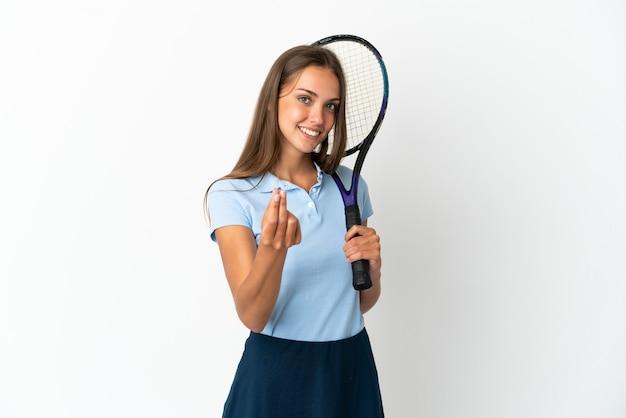 Женщина играет в теннис над изолированной белой стеной, делая денежный жест