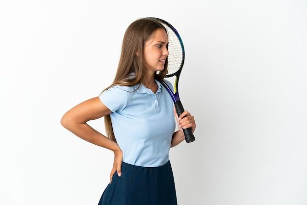 努力したことで腰痛に苦しんでいる孤立した白い壁の上でテニスをしている女性