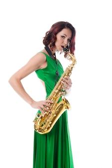 Женщина играет на саксофоне