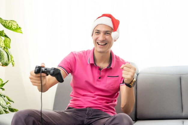部屋のソファでビデオゲームをしている女性、新年とクリスマス