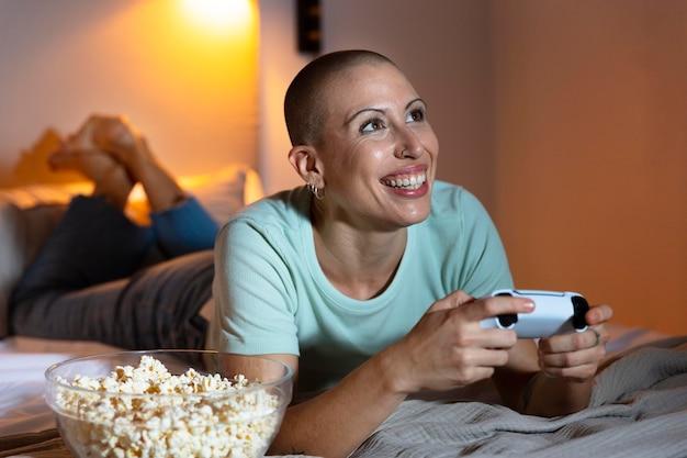 Donna che gioca a un videogioco con la sua console