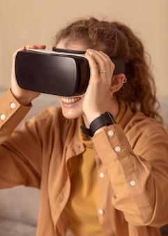 Donna che gioca con le cuffie da realtà virtuale