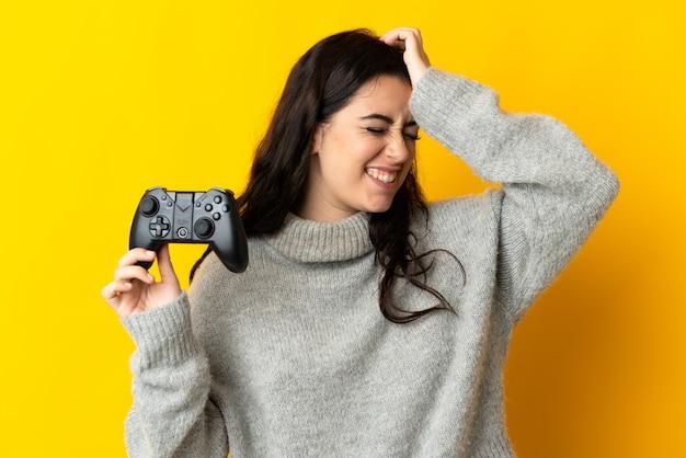 비디오 게임 컨트롤러를 가지고 노는 여자