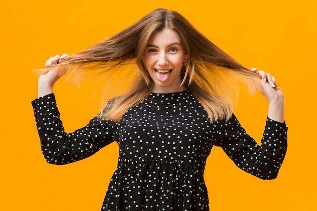 Женщина играет с волосами
