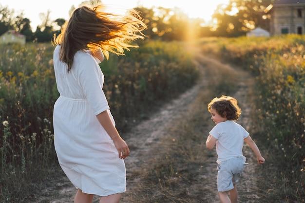 Женщина играет со своим ребенком на открытом воздухе