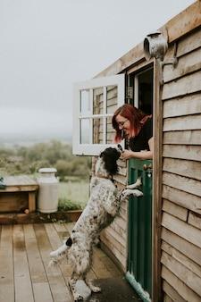 ペットの犬と遊ぶ女性