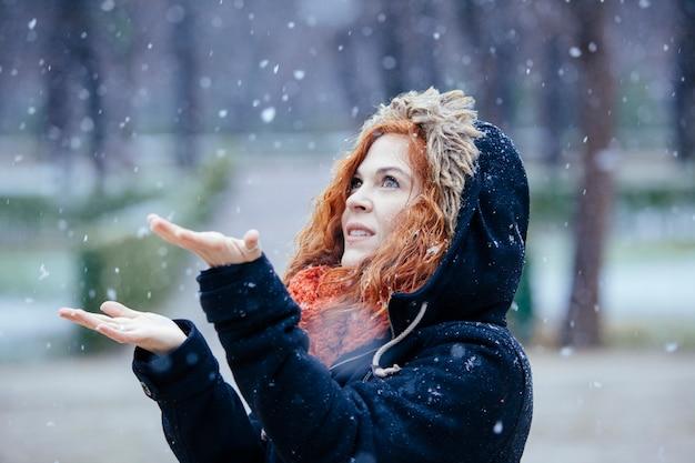 外の雪で遊ぶ女性