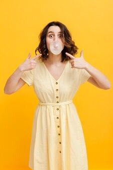 Женщина указывая на жевательную резинку