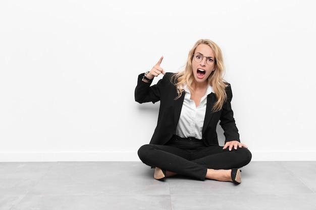 Женщина с злым агрессивным выражением лица, похожая на разъяренного, сумасшедшего босса