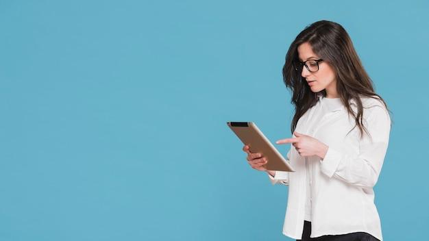 Женщина, указывая на ее планшетный экземпляр пространства