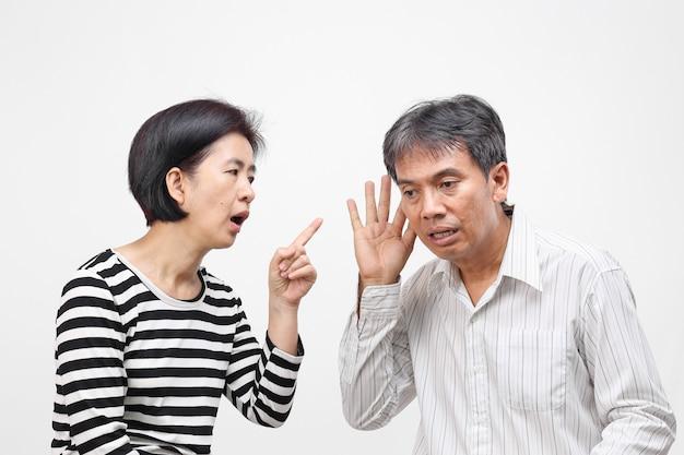 그녀의 남편을 비난하고 손가락질하는 여자