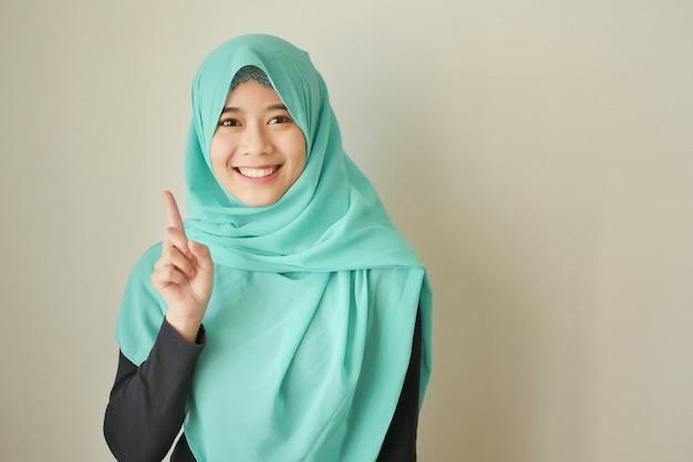 ナンバーワンを指す女性、アジアのイスラム教徒の女性モデル