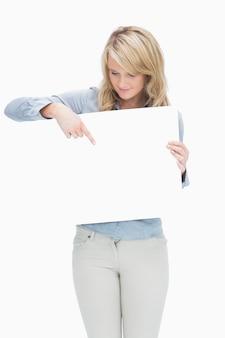 紙の上を指している女性