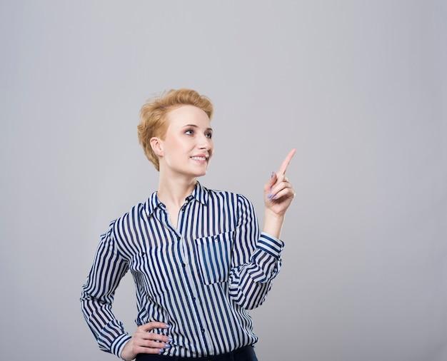 上に何かを指している女性