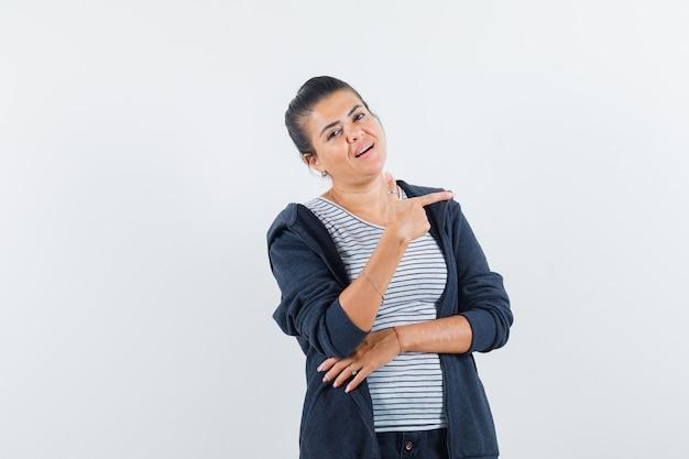 Женщина, указывающая на правую сторону в футболке