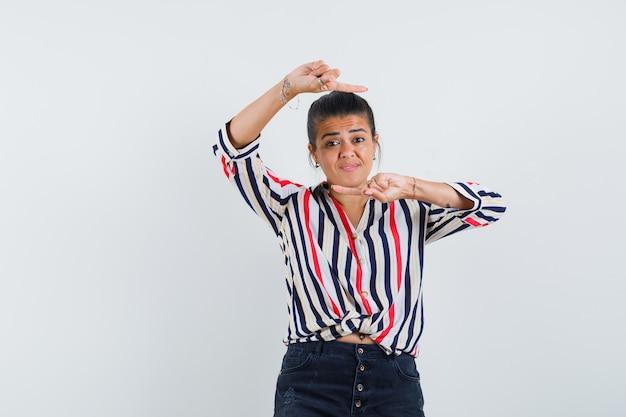 Женщина в рубашке, юбке и задумчивая, указывая по сторонам