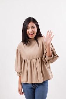 Женщина, указывая вверх 5 пальцами, жест рукой номер два, модель азиатской женщины
