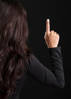 Женщина, указывающая вверх по магазинам в черную пятницу