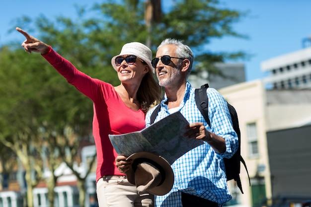 市内の男性が立っている間指している女性