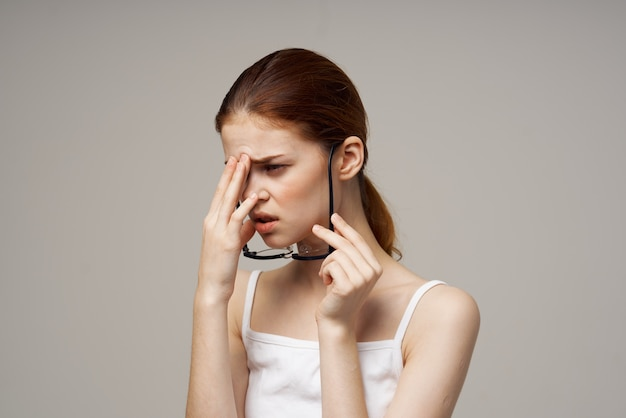 女性の視力の悪い健康問題ネガティブライトバックグラウンド