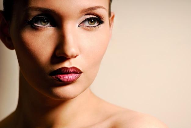 女性の肖像画。自然の美しさ。美しい目。ナチュラルメイク。