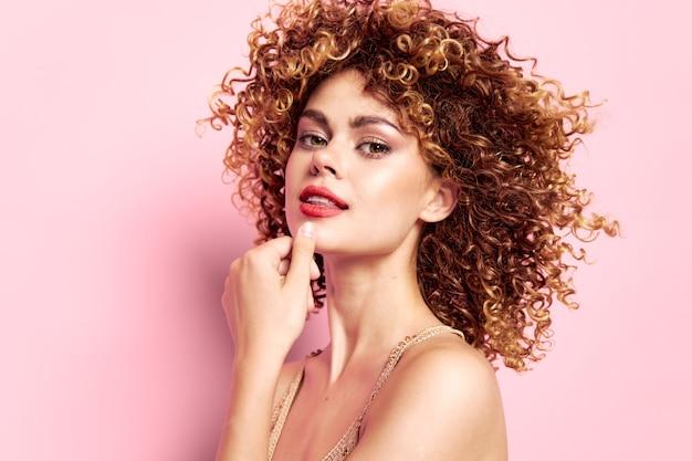 Женский портрет вьющиеся волосы, обнаженные плечи, яркий макияж, обрезанный вид