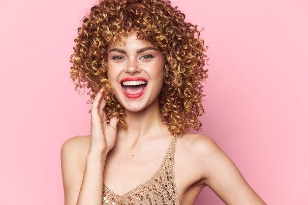 女性の肖像画巻き毛楽しい笑顔赤い唇大きく開いた口魅力的な外観孤立した背景
