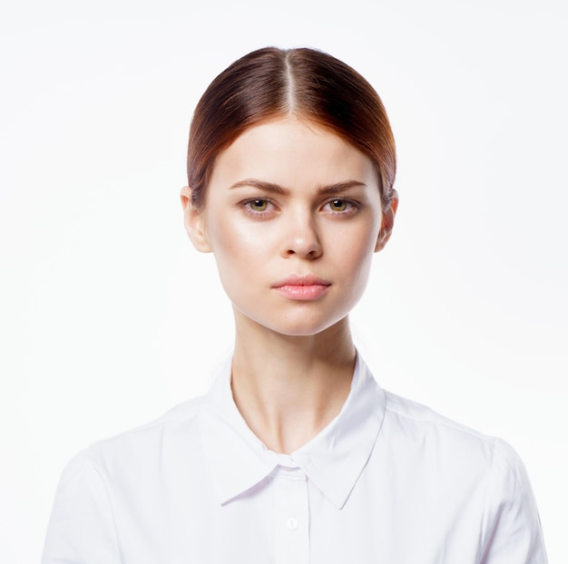 Женщина портрет эмоции свет белый фон