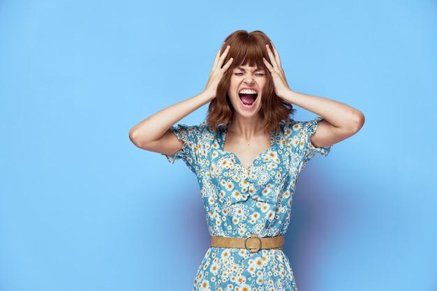 Женский портрет держа голову открытым ртом эмоции короткие волосы