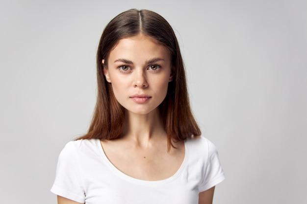 Женский портрет перед красивым лицом легкая футболка